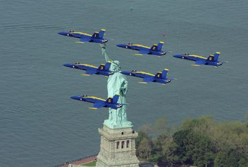Nyc_air_show_statue_of_liberty